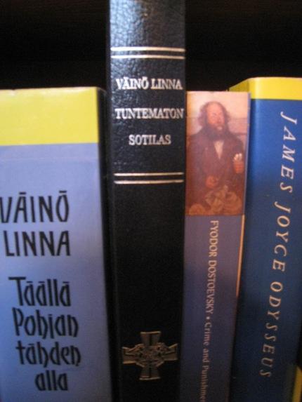 Oma Tuntematon sotilaani ei ole se tyypillisin punavalkokantinen. Tämä on ilmestynyt Suuren Suomalaisen Kirjakerhon 25-vuotisjuhlakirjana, ja nappasin sen mukaan lapsuudenkodistani.