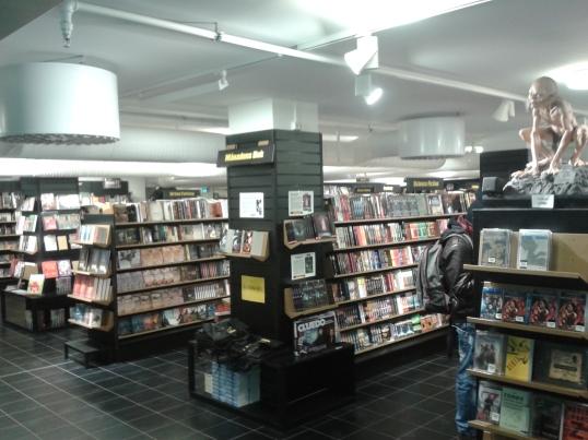Scifi- ja fantasiakauppa!! Kävin saman ketjun liikkeessä jo vuosi sitten Tukholmassa, mutta silloin en valitettavasti ottanut kuvia. Huomaa Klonkku vartioimassa hyllyjä.