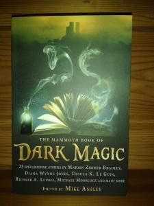 Matkustin melko kevyellä varustuksella ja tarkoitukseni oli ostaa vain joku ihan ihan pikkuinen kirjanen. Sen sijaan ostin kirjan nimeltä The MAMMOTH BOOK of Dark Magic.