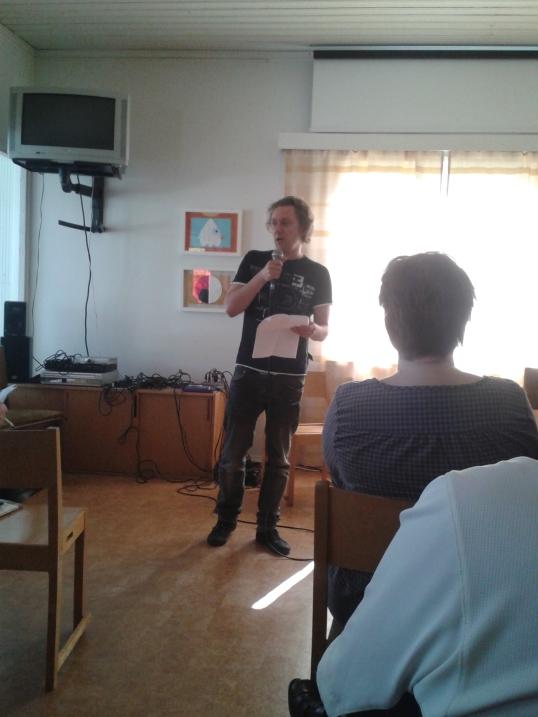 AP Kivinen toimi illan aikana mm. Tarinaniskennän SM-karsinnan juontajana ja tuomarina, esiintyvänä lauluntekijänä, äänimiehenä ja yleisenä järjestäjänä.