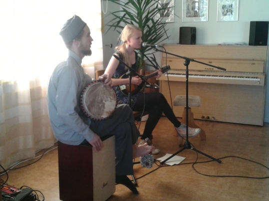 Myös Johanna Tuomiston ja Keijo Koskenharjun esitys oli kiinnostava. Dystopiatunnelmaa oli kappaleessa, jossa laulettiin siitä, kuinka ilmastonmuutoksen myötä meistä kaikista tulee pakolaisia...