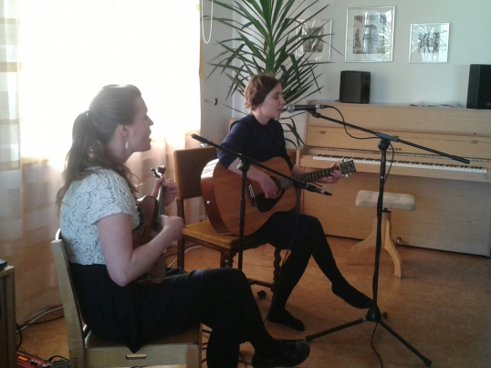 Eeva-Maija Vehviläinen ja Sanna Natunen loivat esityksellään käsinkosketeltavan tunnelman. Wow.