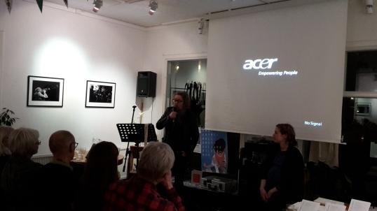 AP Kivinen tarttui tilaisuuteen ja esiintyi open micissä heti torstai-iltana Bokcafessa.