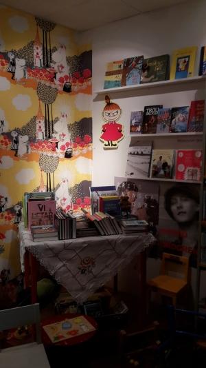 Tove Jansson oli hyvin edustettuna Bokcafen lasten- ja nuortenkirjallisuushuoneessa. Täältä löytyi myös fantasiahylly -- aikuisten puolella en sellaista onnistunut huomaamaan...