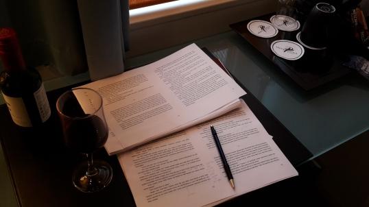 Oman hotellihuoneen rauha, lasi viiniä ja kässäri. AH! Joskus kirjailijan elämä on juuri näin täydellistä.